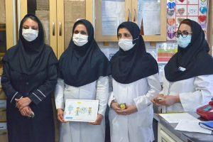 آثار دانش آموزان در دستان کادر درمان